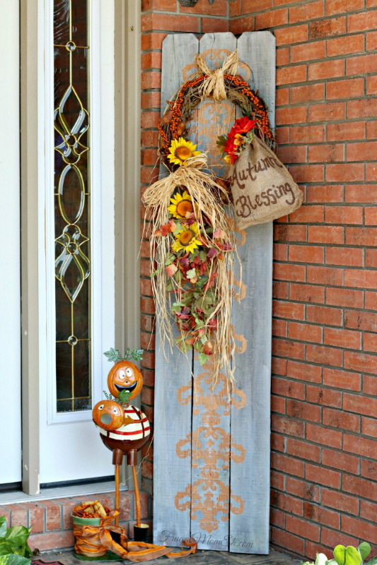 Autumn-front-porch-decor-with-repurposed-fence-boards