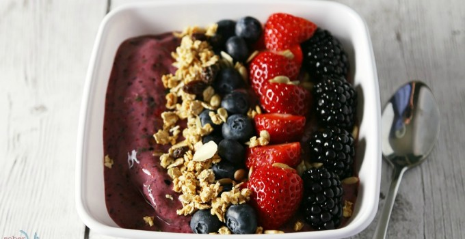 Mixed Berry and Spinach Smoothie Bowl