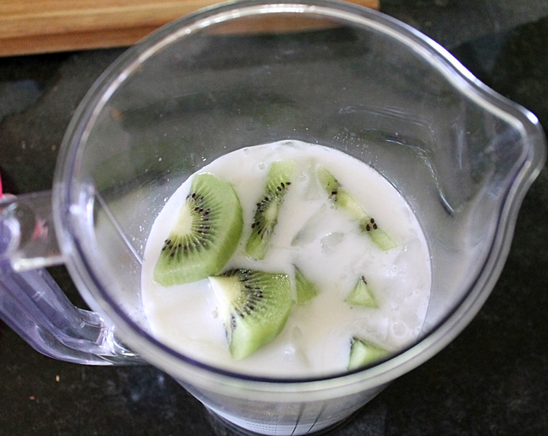 kiwi in blender for smoothie